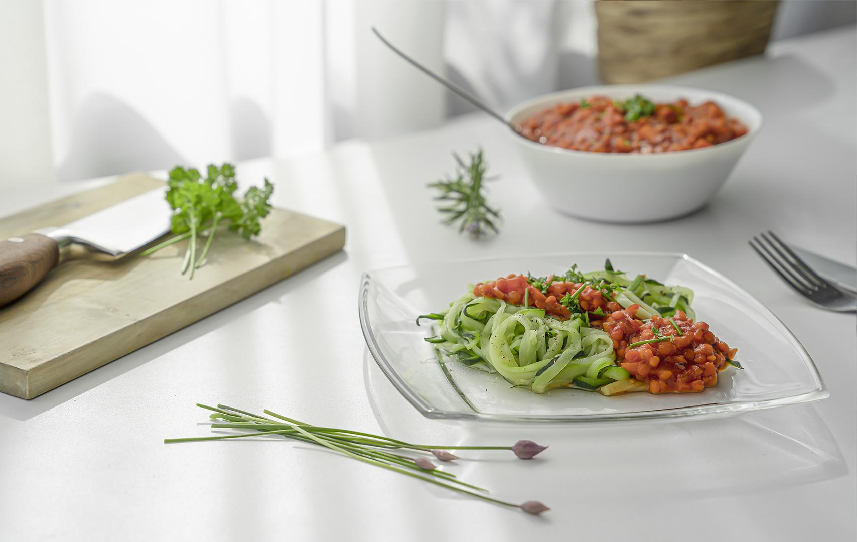 Zucchini-Spaghetti mit veganer Linsenbolognese