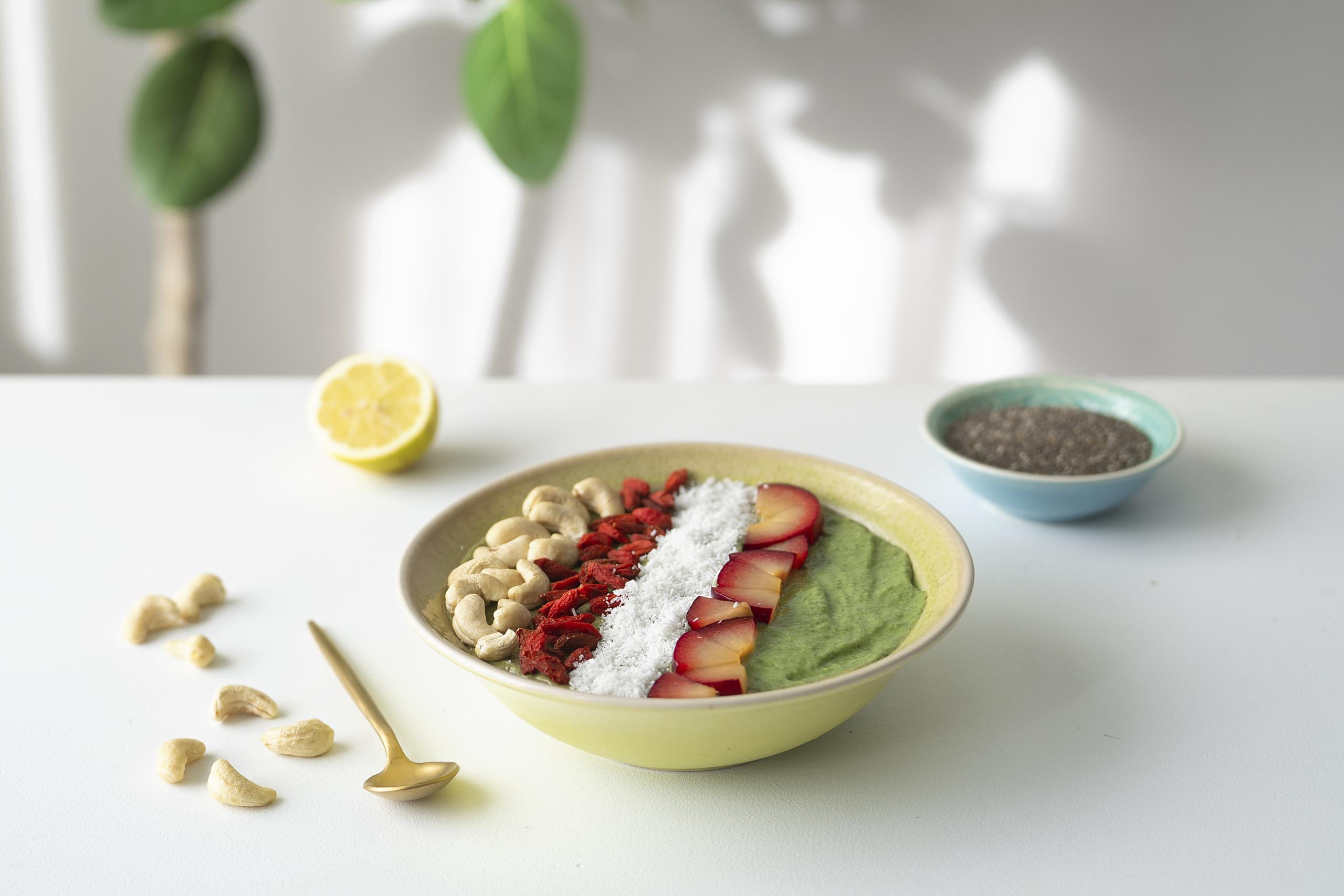 Grüne Smoothie Bowl mit Spinat, Avocado & Banane